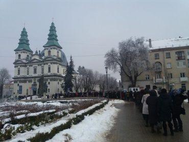 У Тернополі тисячі людей стоять у черзі біля катедри, щоб помолитися біля чудотворної ікони Нерукотворного Спаса