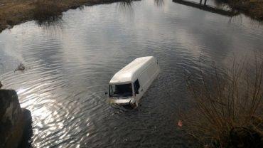 У Зборові водій буса заїхав в озеро
