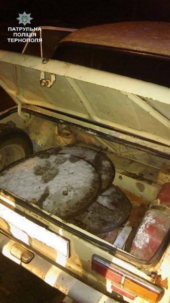 У Тернополі затримали водія, який вкрав 10 каналізаційних люків