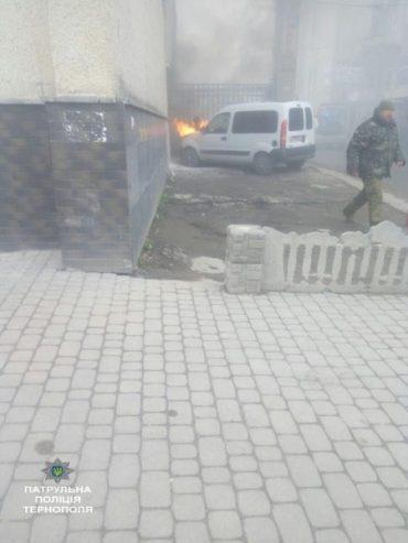 У Тернополі патрульні загасили автомобіль, що загорівся