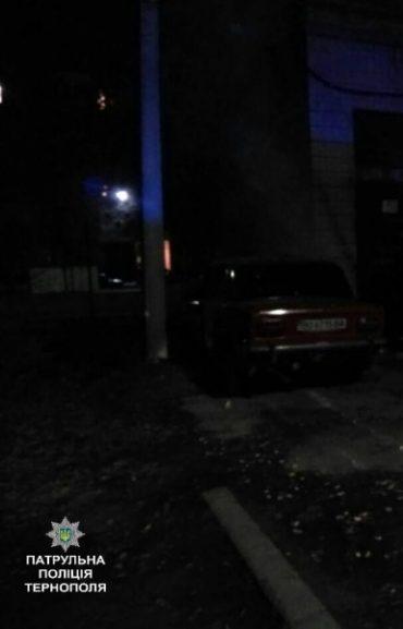 Патрульні загасили автомобіль, що загорівся