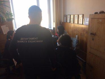 На Тернопільщині чиновниця райдержадміністрації отримала 7 тисяч гривень хабара