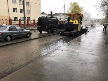 У Тернополі впіймали дорожників, які клали асфальт під час дощу