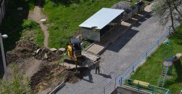Як у Тернополі переносили будку для сміття