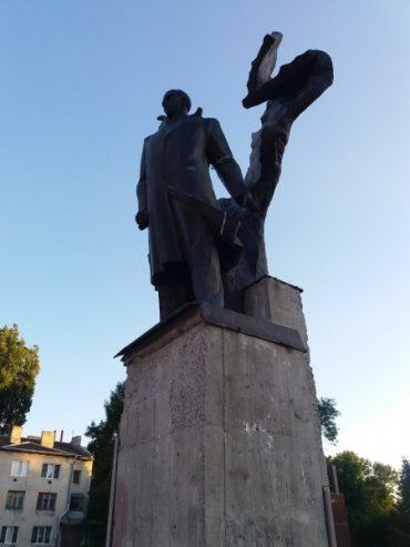 Пам'ятник Бандері у Тернополі схожий на молодого Леніна?