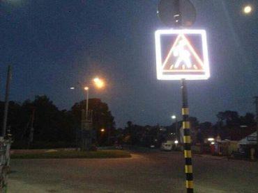 В Збаражі встановлюють знаки які в ночі мерехтять повідомляючи водія про пішохода