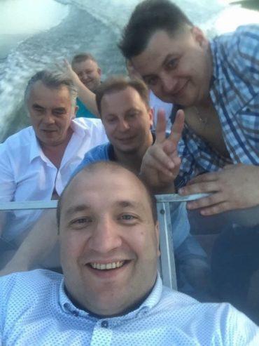 Голови тернопільської облради та облдержадміністрації розважались з регіоналами та ляшківцями на моторному човні