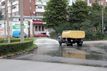 Для чого у Тернополі почали поливати дороги?