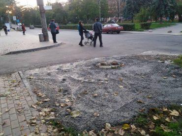 """У Тернополі так ремонтували каналізаційний люк, що аж """"закатали"""" в бетон газон"""