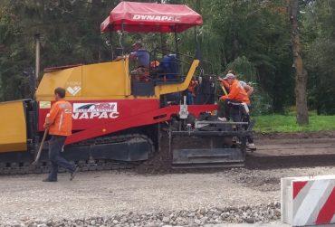 У Тернополі ремонтують дорогу на дамбі сміттям, порохом і землею