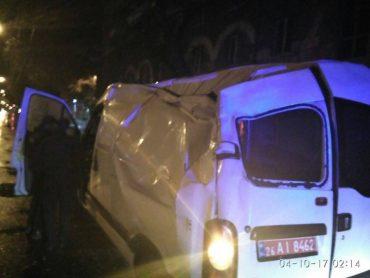 Наслідки нічних ДТП в Тернополі: травмований пасажир, пошкоджена огорожа та електроопора