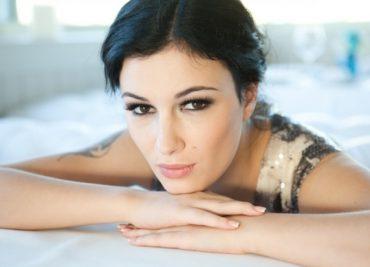 Співачка Анастасія Приходько розказала, як її рідні вже двічі стали жертвами аферистів