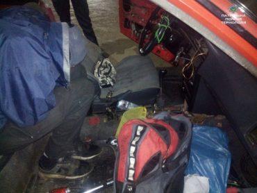 У Тернополі спіймали наркоманів з пістолем в автомобілі Toyota Corolla