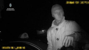 У таксі патрульні виявили трилітровий слоїк з канабісом