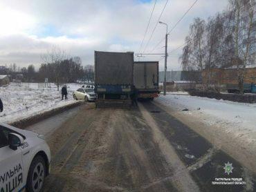 У Тернополі Mazda опинилася під колесами вантажівки