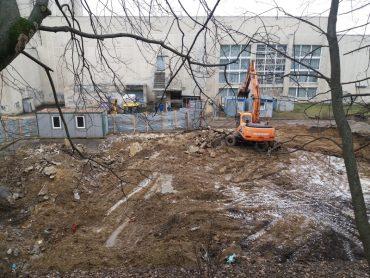 Біля палацу культури «Березіль» відновилась бійня з громадою