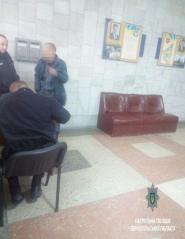 Патрульні забрали 5-річного внука у п'яного дідуся, який три кола проспав у тролейбусі
