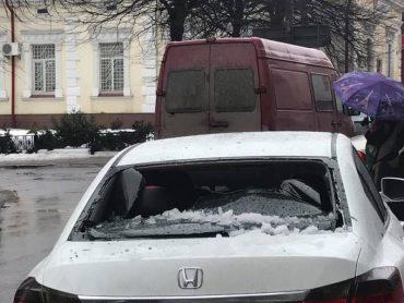 Брила снігу впала на автомобіль із вагітною жінкою у центрі Тернополя