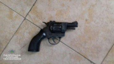 У потязі патрульні виявили чоловіка з револьвером