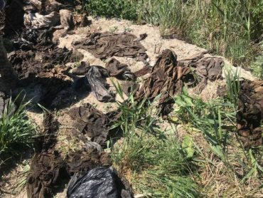 У селищі Таромське волонтери виявили 36 мішків із речами загиблих воїнів в Іловайському котлі