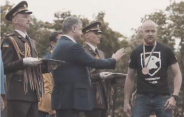 Ветеран АТО не подав руку Порошенку