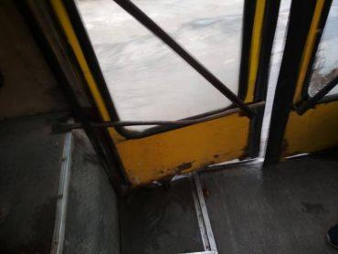 У тернопільській маршрутці двері закриваються з допомогою лома