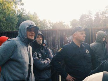У Тернополі влада привела тітушок, щоб захистити незаконне будівництво у парку Національного Відродження