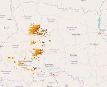 Неймовірна дощова буря з блискавицями охопила Тернопіль і всю західну Україну
