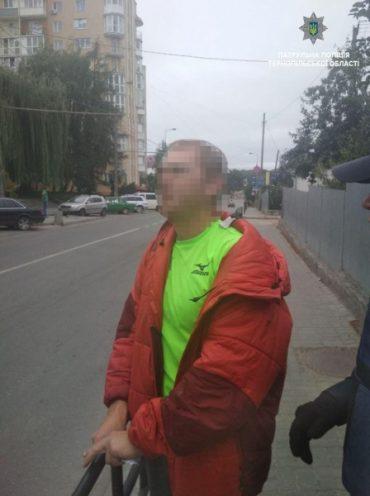 Патрульні оперативно розшукали чоловіка, який вкрав в магазині парасолі