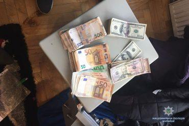 11 тисяч євро, 12 тисяч доларів США та 45 тисяч гривень вилучили правоохоронці у наркоторговця у Тернополі