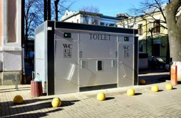 У центрі Чорткова побили працівника газети, який підтримав владу з туалетом