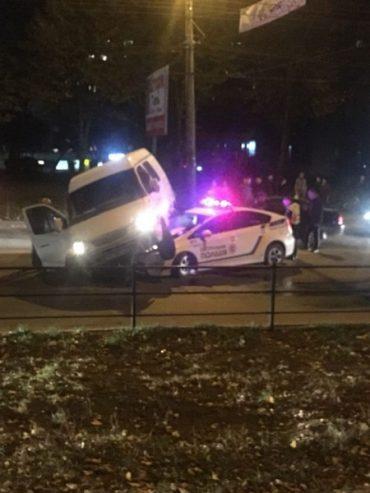 Неймовірна аварія сталася в Тернополі: поліцейське авто в'їхало в  ГАЗельку