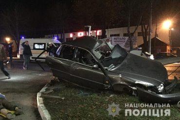 У Тернополі автівку спинила електроопора, а на Бучаччині водій врізався в дерево