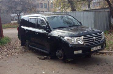 """90-ті повернулися: у Тернополі спіймали молодика, який хотів """"роззути"""" іномарку"""