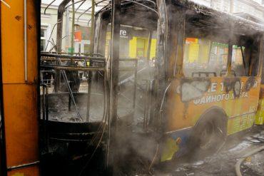 Через замикання високовольтних проводів у Тернополі згорів тролейбус