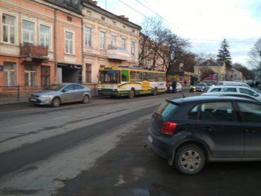 У Тернополі тролейбус не розминувся з іномаркою Ford