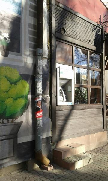В центрі Тернополя постери на фасаді будинку і стовпі кандидата в Президенти «запрошували» на зустріч з виборцями