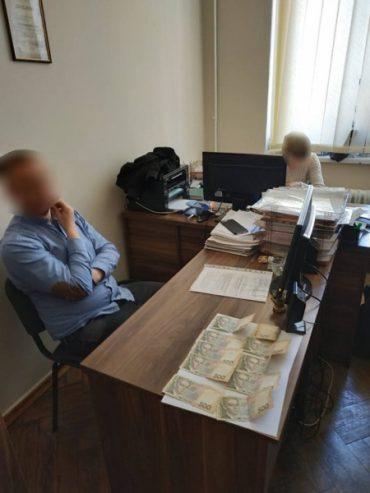 У Тернопільській області викрито начальника відділу міської ради за одержання хабара