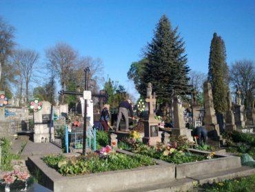 Тернопільські поліцейські піймали чоловіка, який грабував на цвинтарі жінок