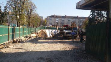 Поки тернополяни сперечаються про Порошенка і Зеленського, на газоні у сквері Миру будують