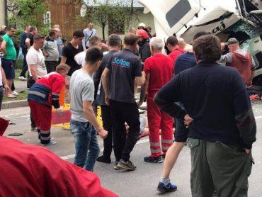Водій вантажівки влетів у легковий автомобіль і мікроавтобус біля села Верхнє Синьовидне