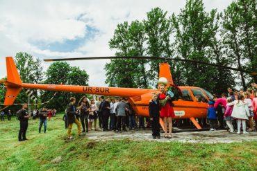 У селі Ковалівка під час свята останнього дзвоника на подвір'я школи приземлився помаранчевий гелікоптер