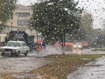 У Ланівцях в дощ ремонтують дорогу