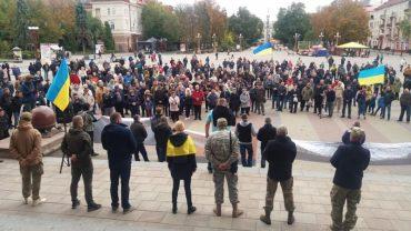Лише у столиці зібралось 10 тисяч українців на віче проти капітуляції, а в провінції – мізер