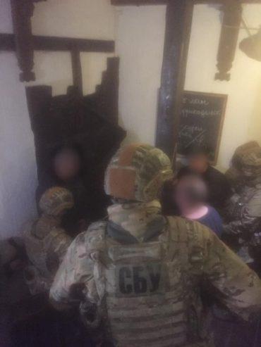 У центрі Тернополя затримали групу рекетирів