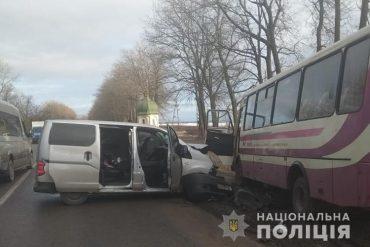 На дорозі Тернопіль-Івано-Франківськ не розминулися рейсовий автобус та автомобіль Nissan