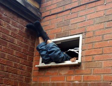 На Підгаєччині помер чоловік, застрягнувши у вікні