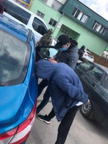 У Тернополі затримано рекетирів, які вимагали у громадянина 200 тисяч гривень за неіснуючі борги