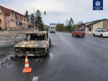 В Озерній водій автомобіля ВАЗ зупинився на світлофорі, а вантажівка ТАТА ні: у підсумку легкова машина згоріла
