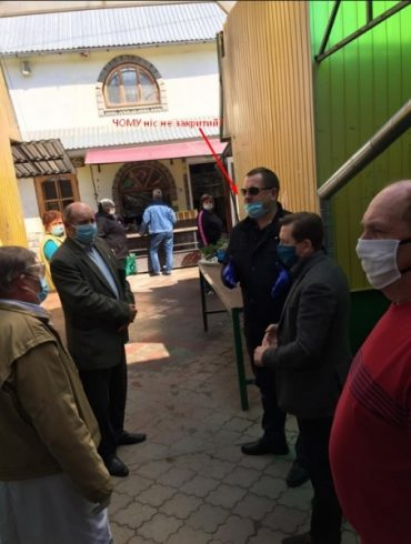 У Бережанах запрацював ринок незважаючи на те, що начальник Держпродспоживслужби Василь Хомінець не вміє правильно носити маску